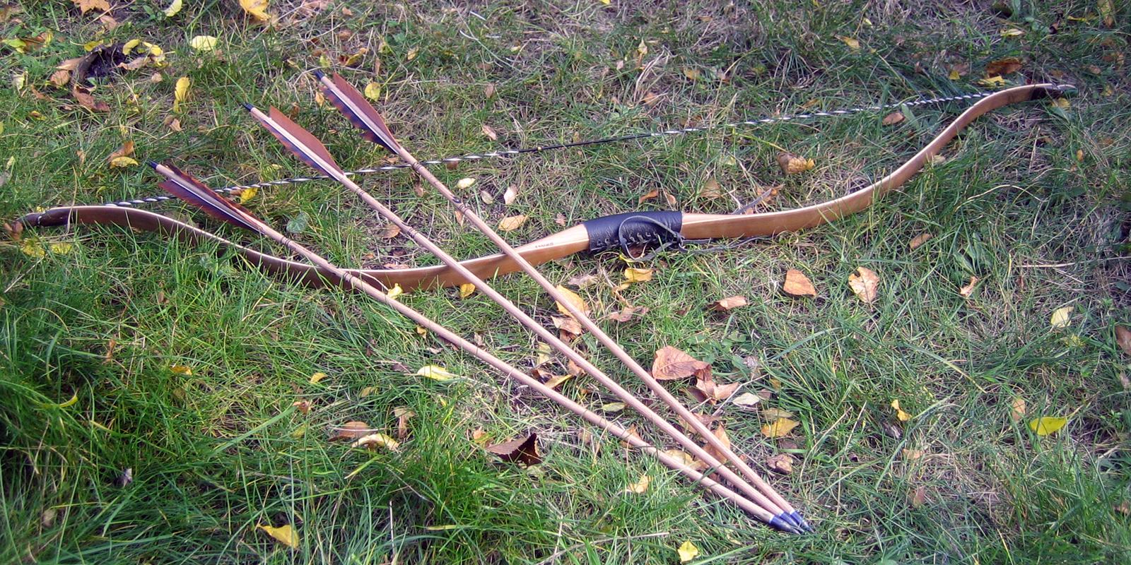 Pfeile und Bogen auf Wiese