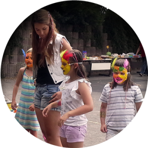 Kinder mit gebastelten Masken