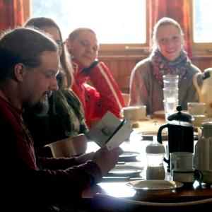 fröhliche Menschen am Frühstückstisch