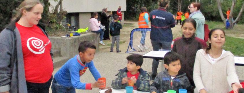 Kinder und Lara an einem Tisch