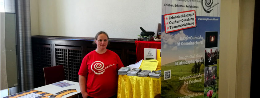 Lara am Messestand der Insight Outside GbR auf der PädagogInnenmesse an der Uni Mainz