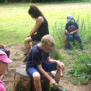 Kinder beim Schnitzen im Wald