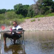 Mann an Tisch im Fluß