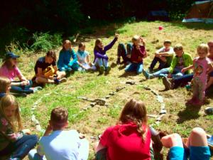 Kinder um einen Steinkreis