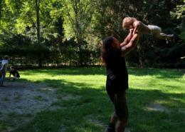 ein Papa wirbelt seine kleine Tochter