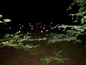 ein mit Kerzen erleuchtetes Labyrinth